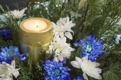 Bukett av rosor, murgrönan, en och stearinljuset Krysantemum och stearinljus, jul Royaltyfri Bild
