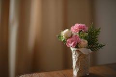 bukett av rosor och pionen Arkivfoto
