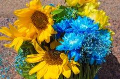 Bukett av solrosor och blåttkrysantemum Fotografering för Bildbyråer