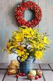 Bukett av solrosor och lösa blommor på trätabellen Arkivbild