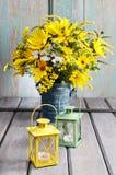 Bukett av solrosor och lösa blommor på trätabellen Royaltyfri Fotografi