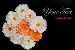 Bukett av svart bakgrund för rosor, lekmanna- lägenhet Royaltyfri Foto