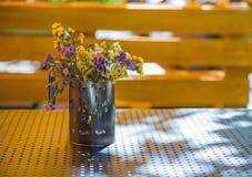 Bukett av torkade blommor i en kopp Arkivbilder