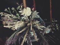 Bukett av torkade blommor på tabellen Fotografering för Bildbyråer