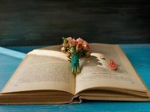 Bukett av torkade rosor, tappningstil Arkivfoton