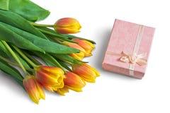 Bukett av tulpan och den rosa gåvaasken Royaltyfri Foto
