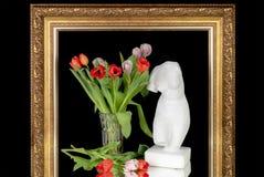 Bukett av tulpan och en byst av Venus i en ram för målningar royaltyfri bild