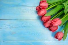 Bukett av tulpan på den blåa trätabellen Lycklig dag för kvinna` s 8 mars , Dag för moder` s Lekmanna- lägenhet och kopieringsutr Arkivfoton