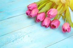 Bukett av tulpan på den blåa trätabellen Lycklig dag för kvinna` s 8 mars , Dag för moder` s Lekmanna- lägenhet och kopieringsutr Royaltyfria Foton