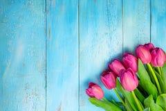 Bukett av tulpan på den blåa trätabellen Lycklig dag för kvinna` s 8 mars , Dag för moder` s Lekmanna- lägenhet och kopieringsutr Royaltyfri Foto