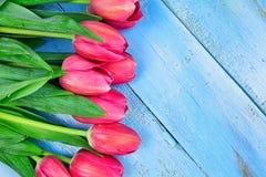 Bukett av tulpan på den blåa trätabellen Lycklig dag för kvinna` s 8 mars , Dag för moder` s Lekmanna- lägenhet och kopieringsutr Arkivbilder