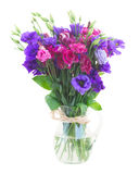 Bukett av violetta och malvafärgade eustomablommor Arkivfoto