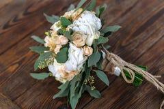 Bukett av vita blommor, creamflowers och gräsplaner som ligger på en uppvakta Royaltyfria Bilder