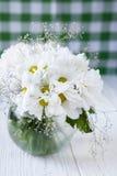 Bukett av vita blommor på köksbordet royaltyfria bilder