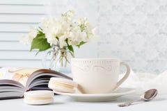 Bukett av vita blommor som en romantisk gåva för frukost Arkivbild