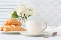 Bukett av vita blommor som en romantisk gåva för frukost Arkivfoton