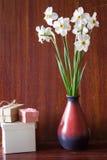 Bukett av vita påskliljor i en keramisk vas Romantiska gåvor Sp Arkivbild