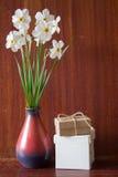 Bukett av vita påskliljor i en keramisk vas Romantiska gåvor Sp Royaltyfria Foton
