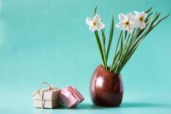 Bukett av vita påskliljor i en keramisk vas Romantiska gåvor Sp Arkivbilder