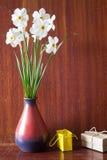 Bukett av vita påskliljor i en keramisk vas Romantiska gåvor Sp Arkivfoton