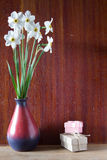 Bukett av vita påskliljor i en keramisk vas Romantiska gåvor Sp Royaltyfri Bild