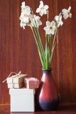 Bukett av vita påskliljor i en keramisk vas Romantiska gåvor Sp Royaltyfria Bilder