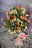 Bukett av vita rosor för rosa färger och Arkivbild