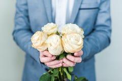 Bukett av vita rosor i händer valentin för dag s Fotografering för Bildbyråer