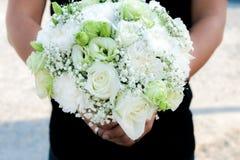 Bukett av vita rosor i hand Royaltyfria Bilder