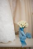 Bröllopsklänning och bukett Royaltyfri Bild