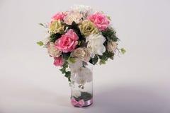 Bukett för konstgjorda blommor i vasen på vit Arkivfoto