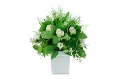 Bukett för konstgjorda blommor i vasen som isoleras på vit bakgrund Fotografering för Bildbyråer
