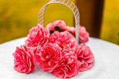 Bukett för konstgjorda blommor på en vit tabell för garnering Royaltyfria Bilder