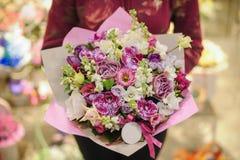 Bukett för pastellfärgade färger som göras av orkidér, freesia-, nejlika- och Limoniumblommor Fotografering för Bildbyråer