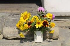 Bukett från solrosor, vanliga hortensior och krysantemum Royaltyfri Foto