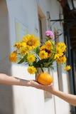 Bukett från solrosor, vanliga hortensior och krysantemum Arkivfoton