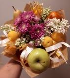 Bukett härligt, försiktigt som är ovanlig, blommor, frukt, ljust som är färgglad royaltyfri fotografi