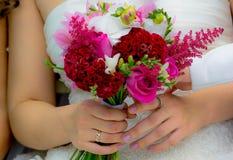Bukett i händer av bruden Arkivbild