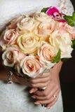 Bukett i händerna av bruden Fotografering för Bildbyråer