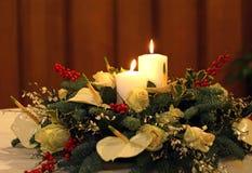 Bukett med callaliljor, vita blommor och tänt två stearinljus och Arkivbild