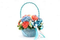 Bukett med den olika sorten av blommor i korgen som isoleras på whi Royaltyfri Fotografi