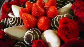 Bukett med rosa och jordgubbe i chokladglasyr på kaka Rotationsfilm lager videofilmer