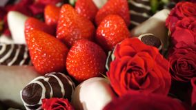 Bukett med rosa och jordgubbe i chokladglasyr på kaka Rotationsfilm arkivfilmer
