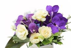 Bukett med vita orkidér, rosor, vanlig hortensiablomma Royaltyfri Bild