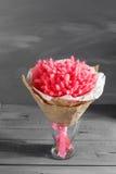 bukett torkade blommor Lagurus rosa bukett på en gammal lantlig tabell på en grå väggbakgrund Arkivbild