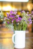Bukettblomma i vasen på den bruna bakgrunden Arkivfoton