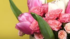 Bukettblomma med rosor och tulpan, på guling, rotation, slut upp arkivfilmer
