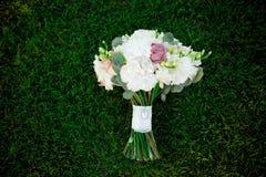 Bukettblommor älskar gräs för begreppet för garnering för bakgrund för dagvalentinförbindelsen trägrönt Arkivfoton