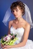 bukettbrud som charmar henne bröllopbarn Arkivfoto
