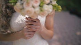 bukettbrudhjälp rymmer bilden gjort mål slappt bröllop arkivfilmer